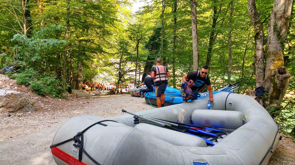 una serie di gommoncini per il rafting, esperienza provata durante le vacanze in montenegro