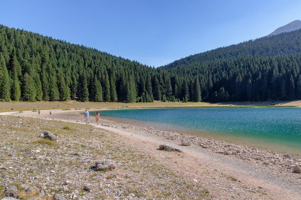 una coppia passaeggia lungo le sponde del lago Nero, ecco cosa vedere durante le vacanze in Montenegro