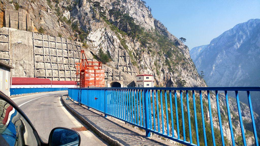 Strada sopra la diga di Mratinje vista durante le vacanze in Montenegro