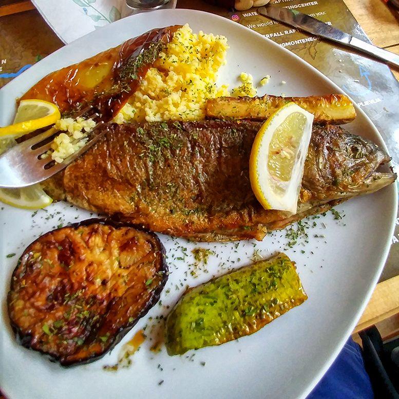 un piatto di pesce fresco di fiume mangiato durante le vacanze in Montenegro