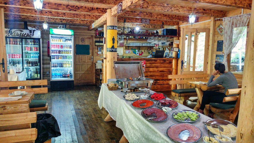 una tavolata con del cibo sopra, preparata durante la vacanze in Montenegro