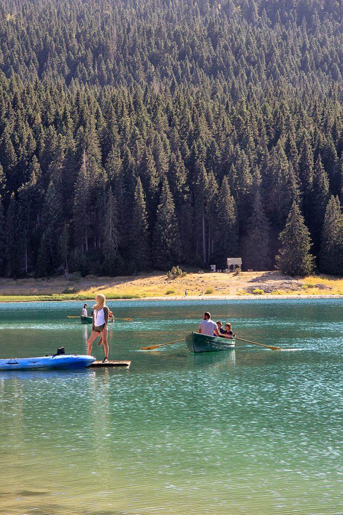 Un lago con una barca a remi vista durante il viaggio in Montenegro