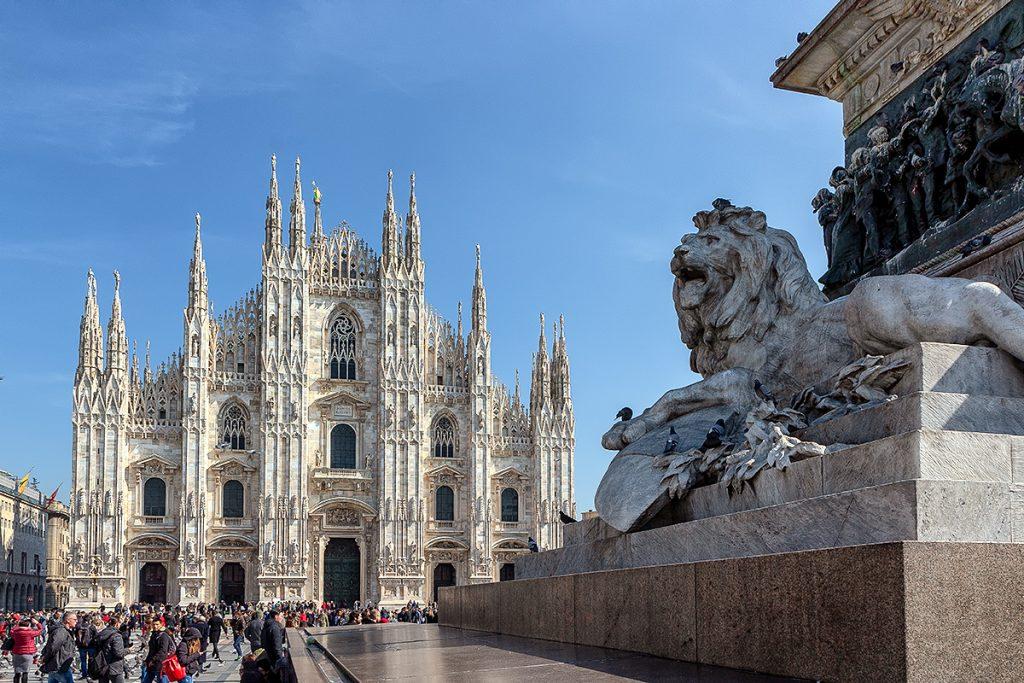 Veduta del Duomo e del leone della statua di Vittorio Emanuele II vista durante la mia gita a MIlano