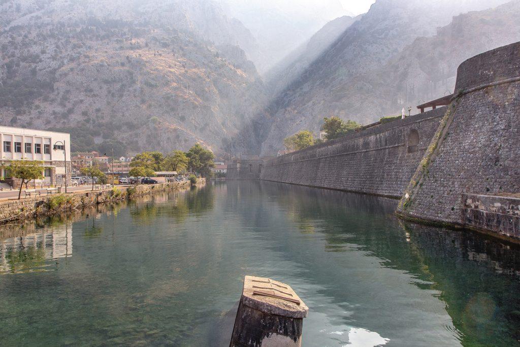 le mura alte della città di Kotor viste durante la visita alla baia di Kotor