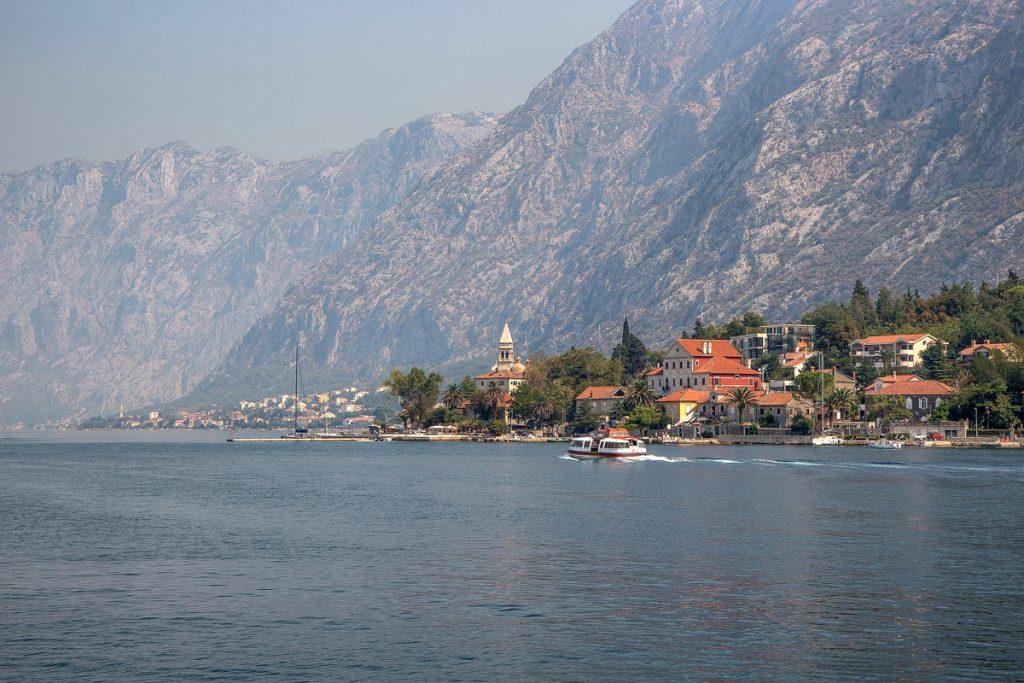 la cittadina di Perast fotografata dal mare durante il tour nella baia di Kotor