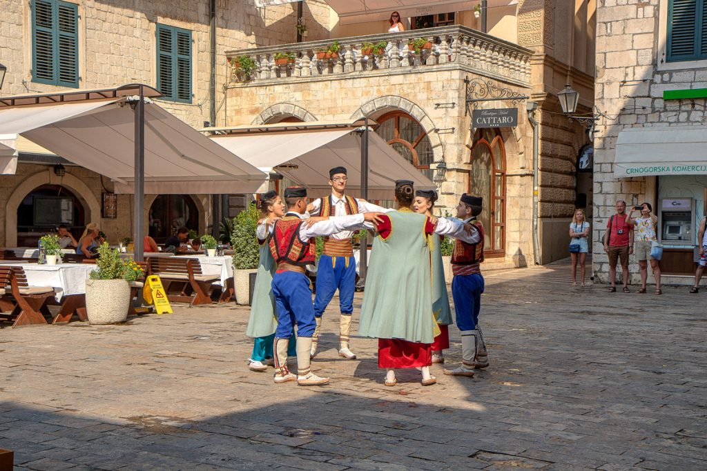 Ballo folkloristico visto durante la visita alla baia di Kotor