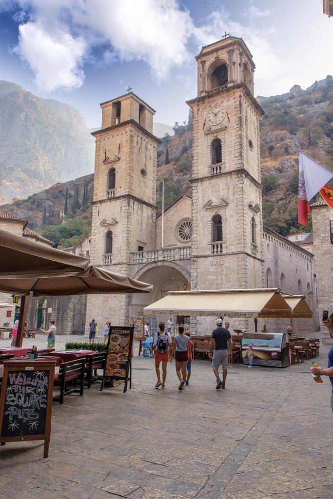 veduta laterale della cattedrale di San Trifone con i due campanili laterali, vista durante la visita alla baia di Kotor