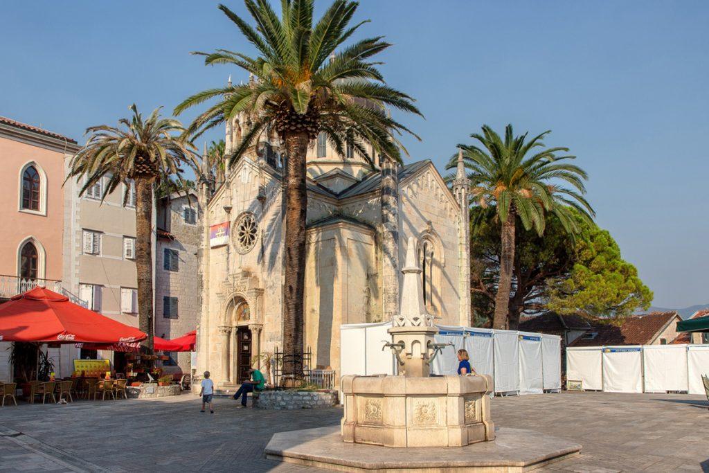vista laterale della chiesa di San MIchele Arcangelo vista durante il tour nella baia di Kotor