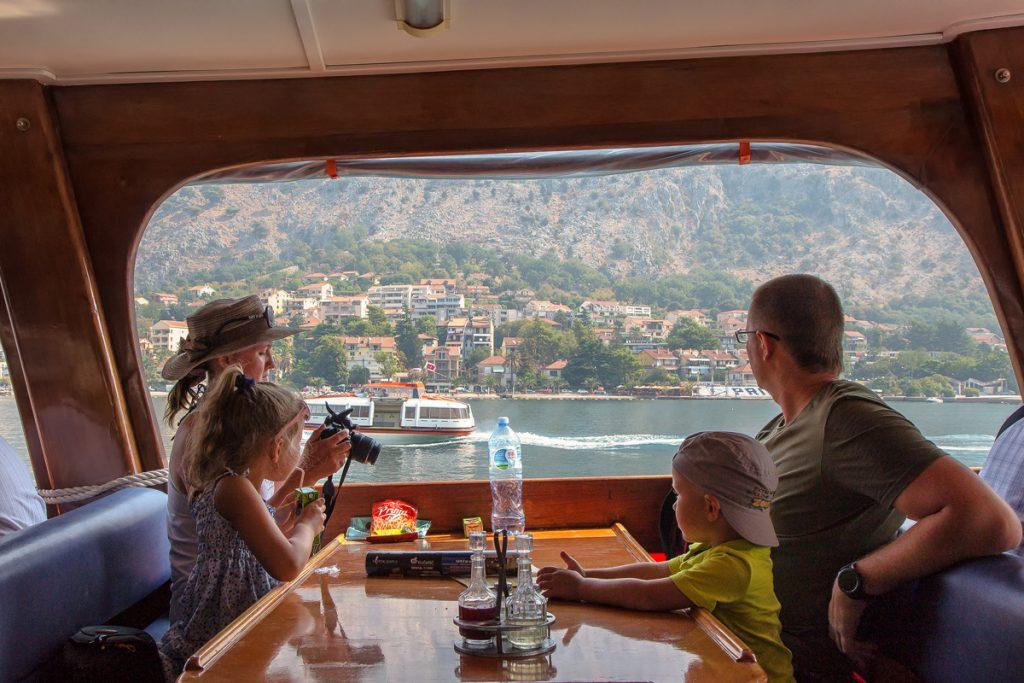 interno del battello con una famiglia che guarda il mare, durante la crociera nella baia di Kotor
