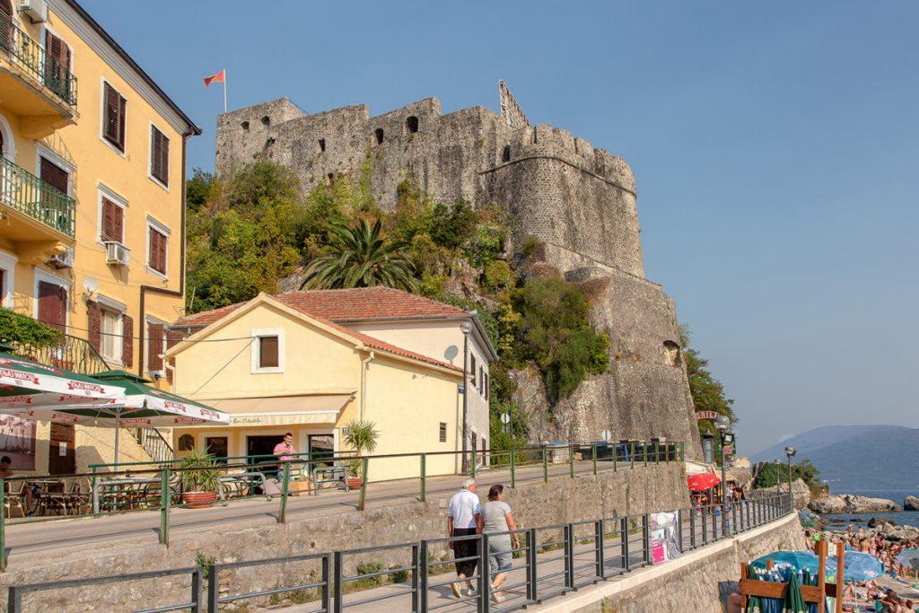 veduta laterale del Forte Mare visto durante il tour nella baia di Kotor