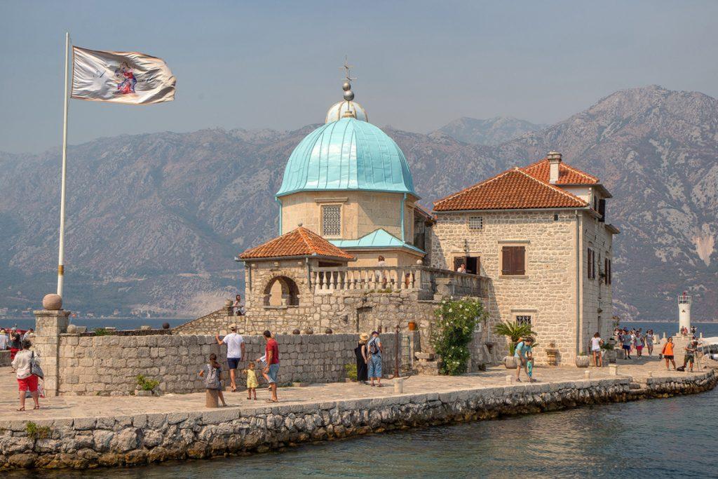 isola dello Scalpello con sopra un santurario con la cupola azzurra, visto durante il tour nella baia di Kotor