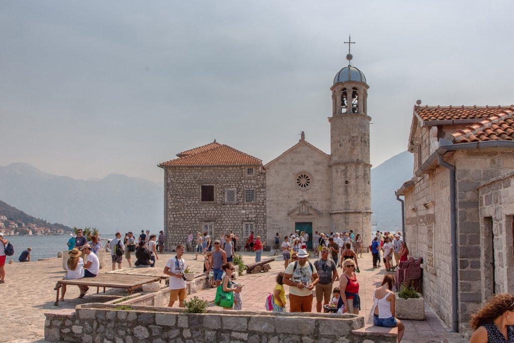 veduta frontare del santuario dedicato alla Madonna con il campanile, visto durante il tour nella baia di Kotor