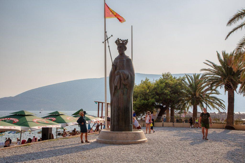 il monumento in bronzo al re bosniaco Tvrtko visto laterale della chiesa di San MIchele Arcangelo visto durante il tour nella baia di Kotor