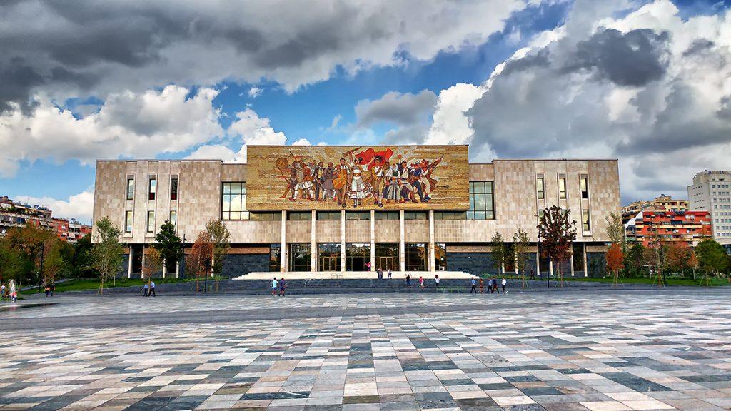 vista frontale del Museo Storico Nazionale dell'Albania con il mosaico che raffigura il popolo albanese