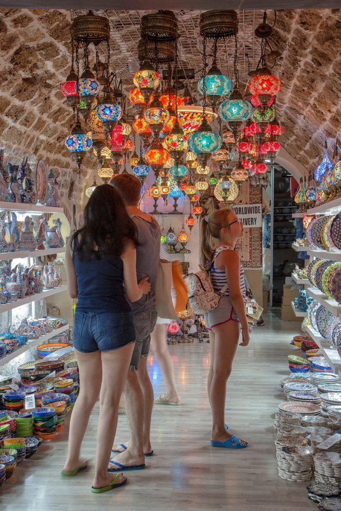 negozietti di ceramiche colorate visto durante la visita alla baia di Kotor