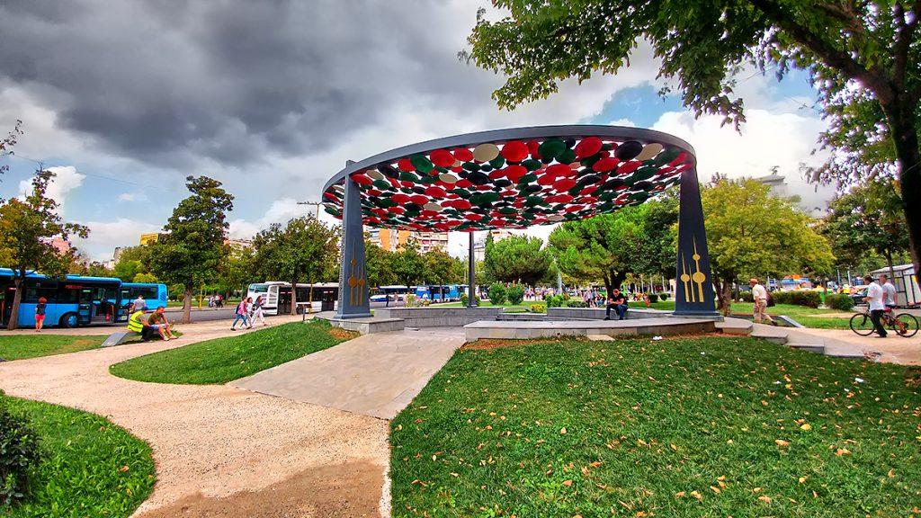monumento dedicato all'amicizia in una piazza di Tirana