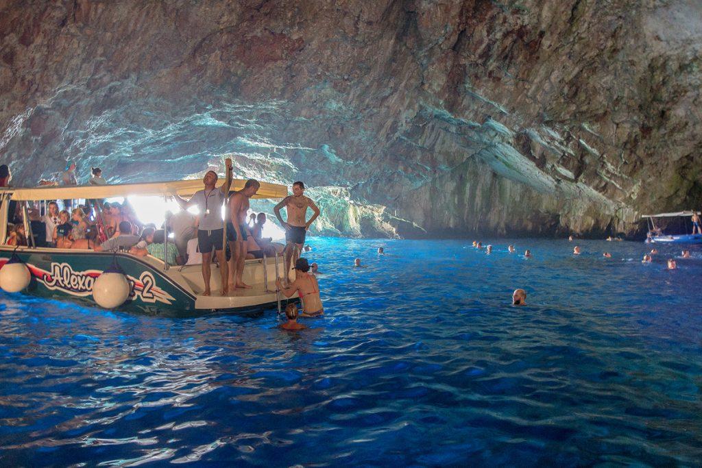 interno della grotta azzurra (Plava Spilja) nella baia di Kotor