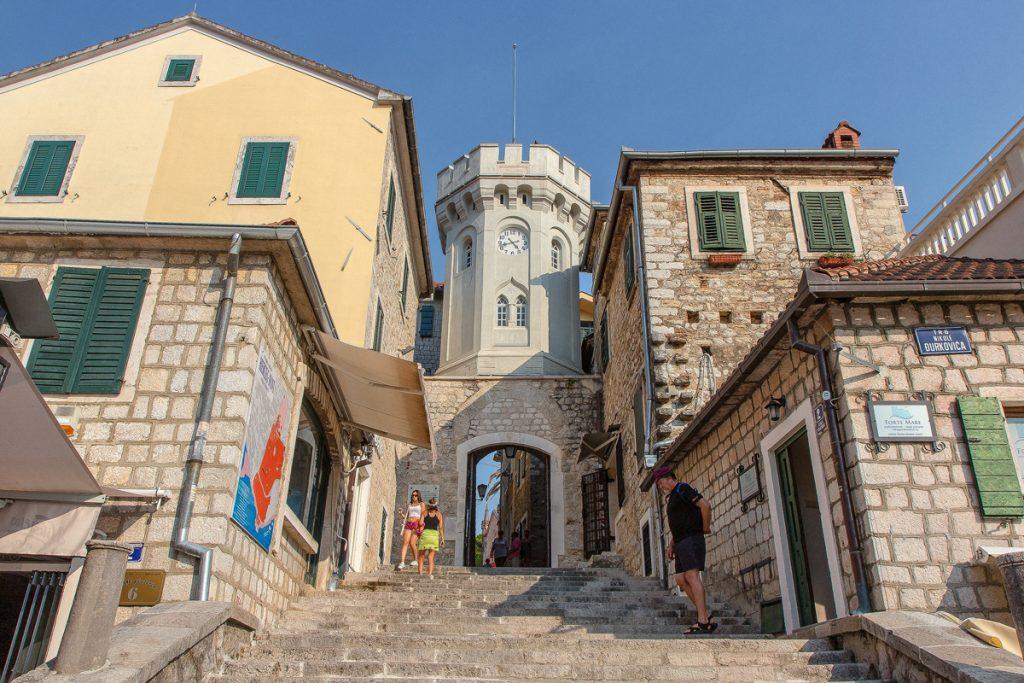 la porta d'ingresso alla cittadella vista durante il tour nella baia di Kotor