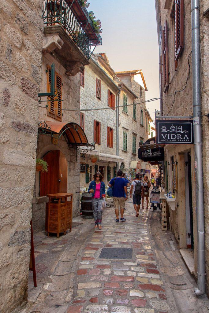 Vicoli stretti della città di Kotor