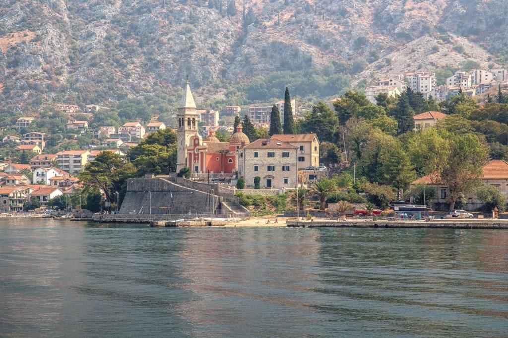 la cittadina di Dobrota catturata dal mare durante il tour nella baia di Kotor