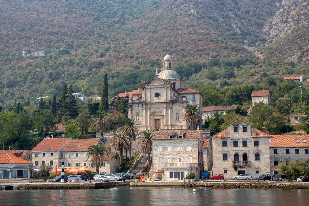 la cittadina di Perzagno fotografata dal mare durante il tour nella baia di Kotor