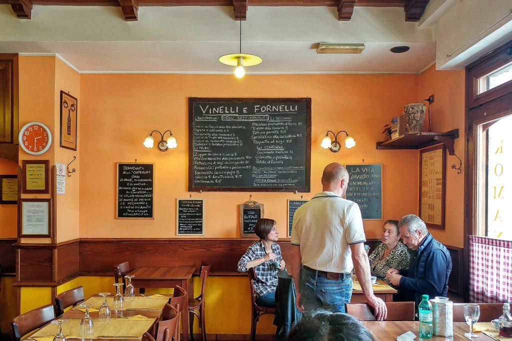 La sala interna del ristorante Vinellie Fornelli, uno dei locali di Roma dove mangiare e bere con gusto