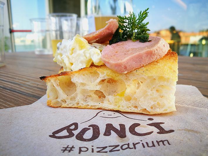 trancio di pizza Bonci uno dei migliori locali di ROma dove mangiare una buona pizza
