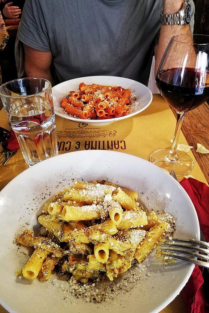 Piatto di Carbonare e Amatriciana nel locale Cantina e Cucina di Roma