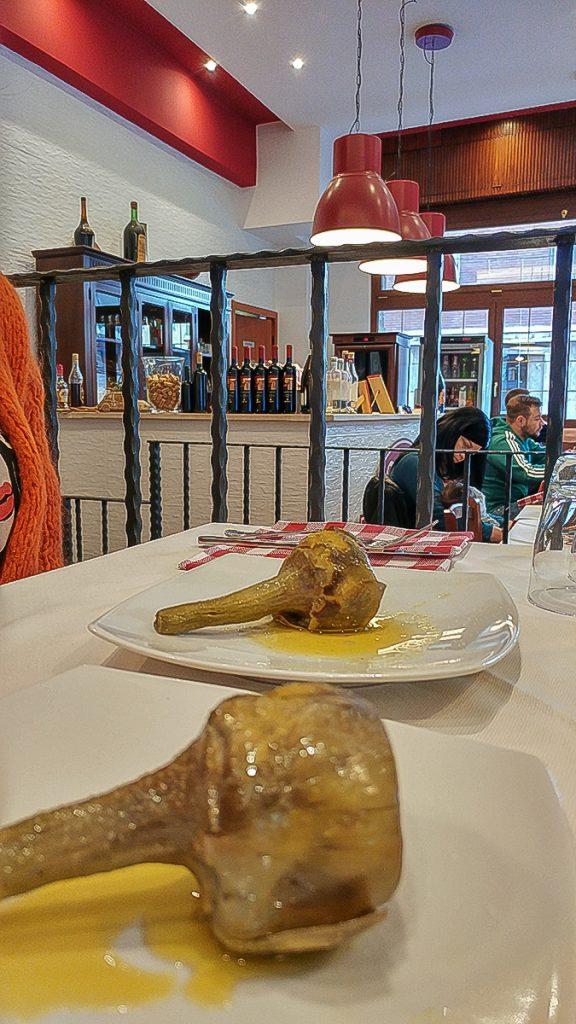 due carciofi alla romana serviti da Zacca ar 20, uno dei locali di roma dove mangiare bene
