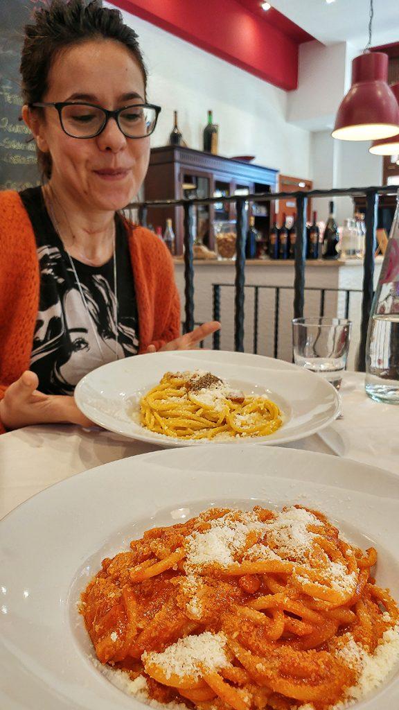 Amatriciana e Carbonara servite da Zacca ar 20, uno dei locali di roma dove mangiare bene