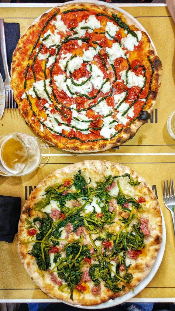due pizze su in piatto della pizzeria Magnifica uno dei locali di Roma dove mangiare una buona pizza