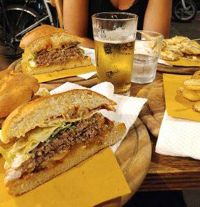 Humburger con patatine al Knick Knack Yoda Roma