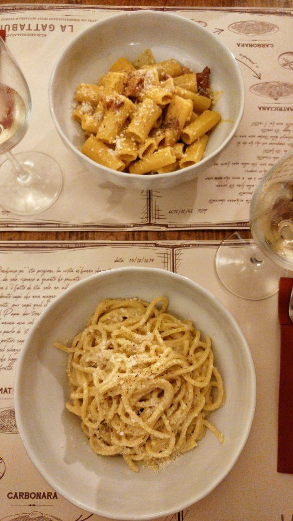 piatto di cacio e pepe nella trattoria La Gattabuia a Roma