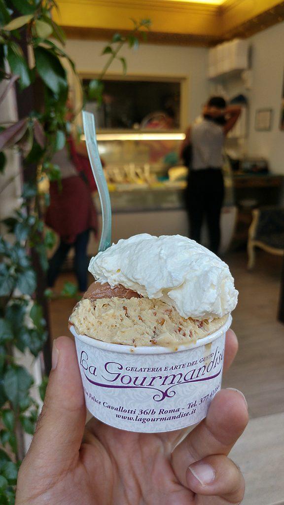 Coppetta di gelato della famosa gelateria la Gourmandise a Roma