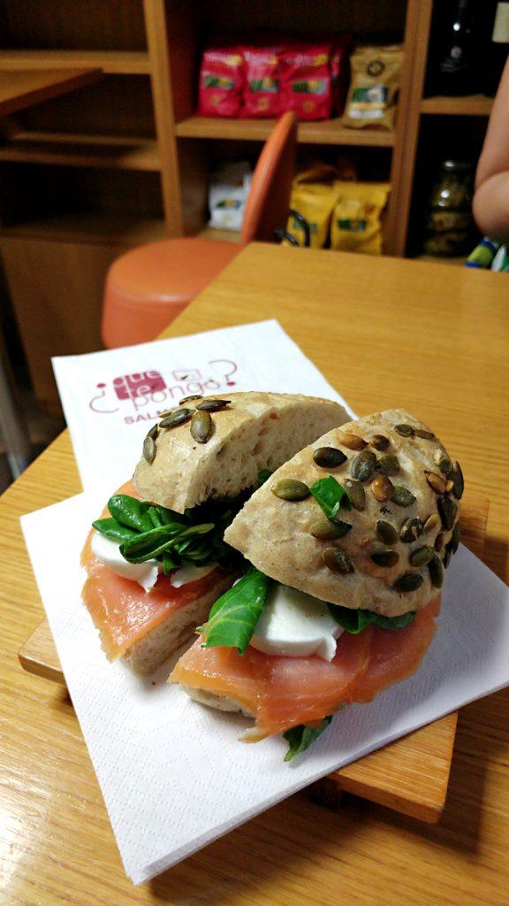panino con il salmone affumicato preso nella Salmoenria Que Te Pongo a Roma