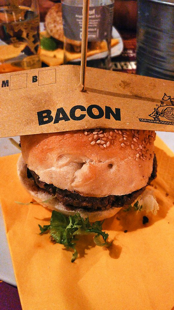 Hamburger con Bacon servito dall'Open Baladin a Roma