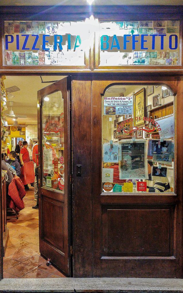 Ingresso della Pizzeria da Baffetto Roma