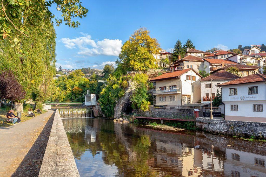 Vista sul fiume Miljacka durante il mio viaggio in Bosnia