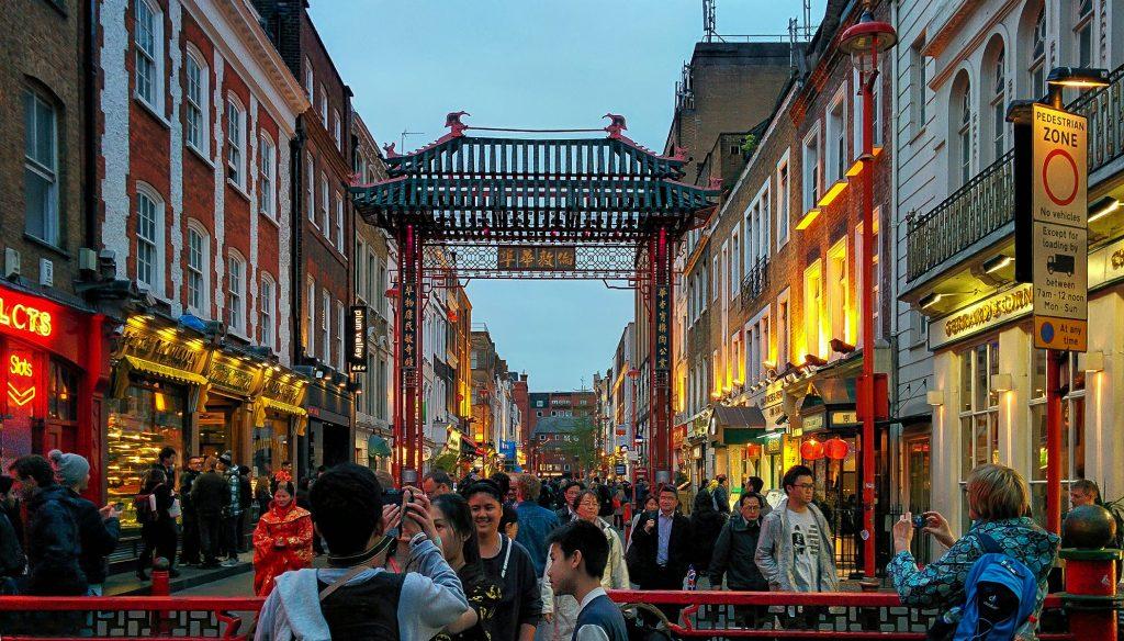 Scorcio su Chinatown con persone che passeggiano durante i tre giorni a Londra