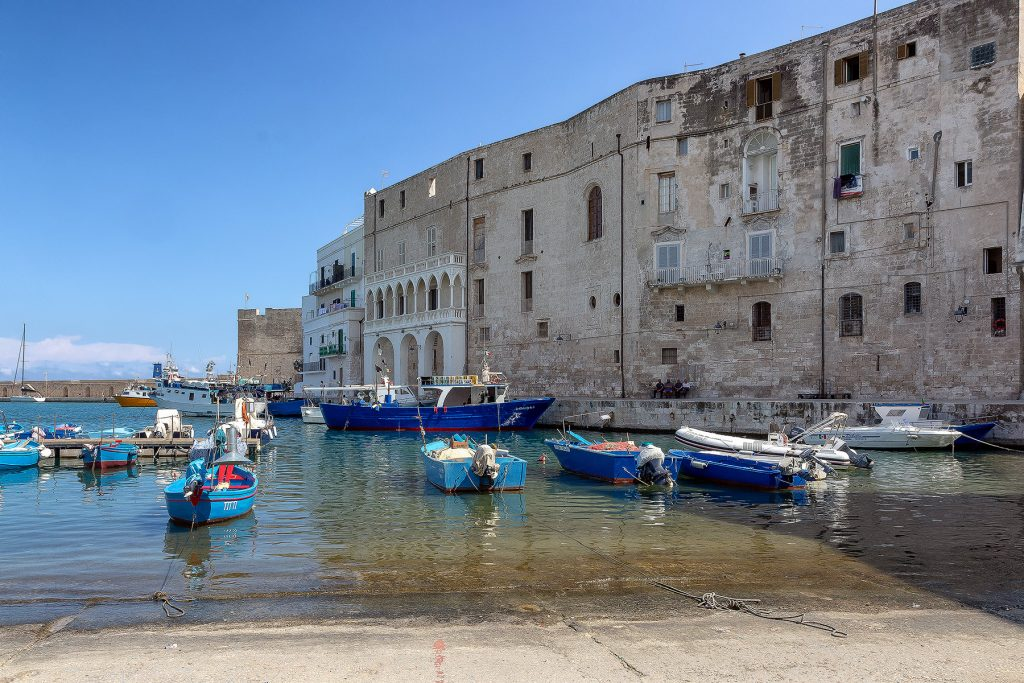 un insieme di barche blu nel porticciolo della città, ecco cosa vedere a Monopoli