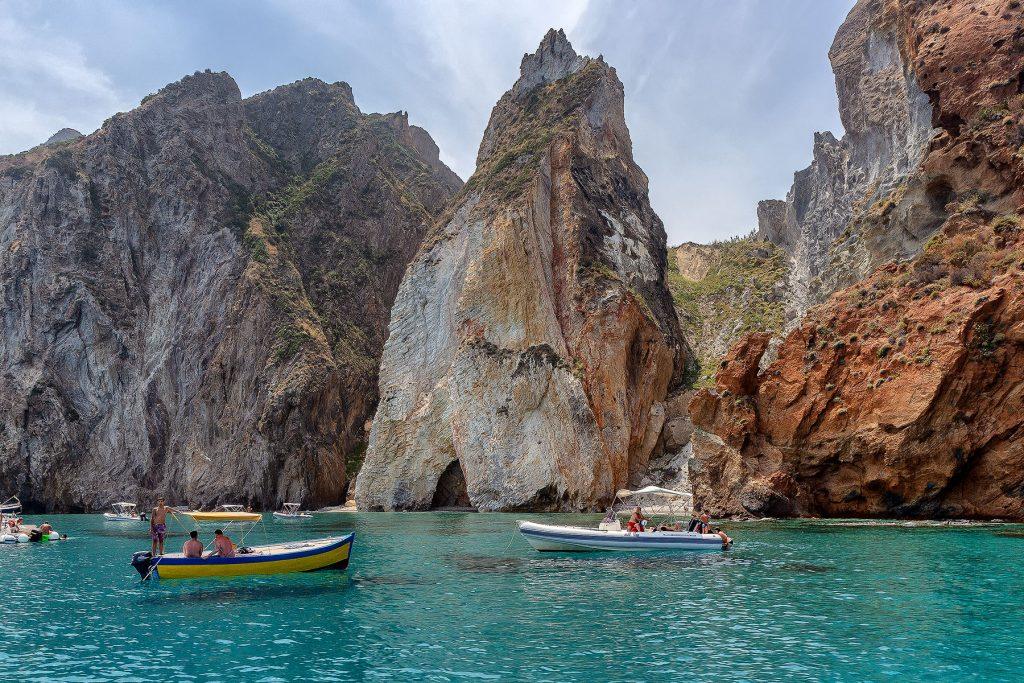 arrivare a Ponza e vedere La Forcina, un afratto dell'isola di Palmarola