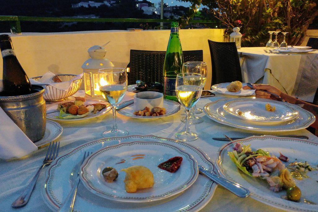 arrivare a ponza e mangiare nel ristorante da Ciro con una vista fantastica sull'isola di Palmarola