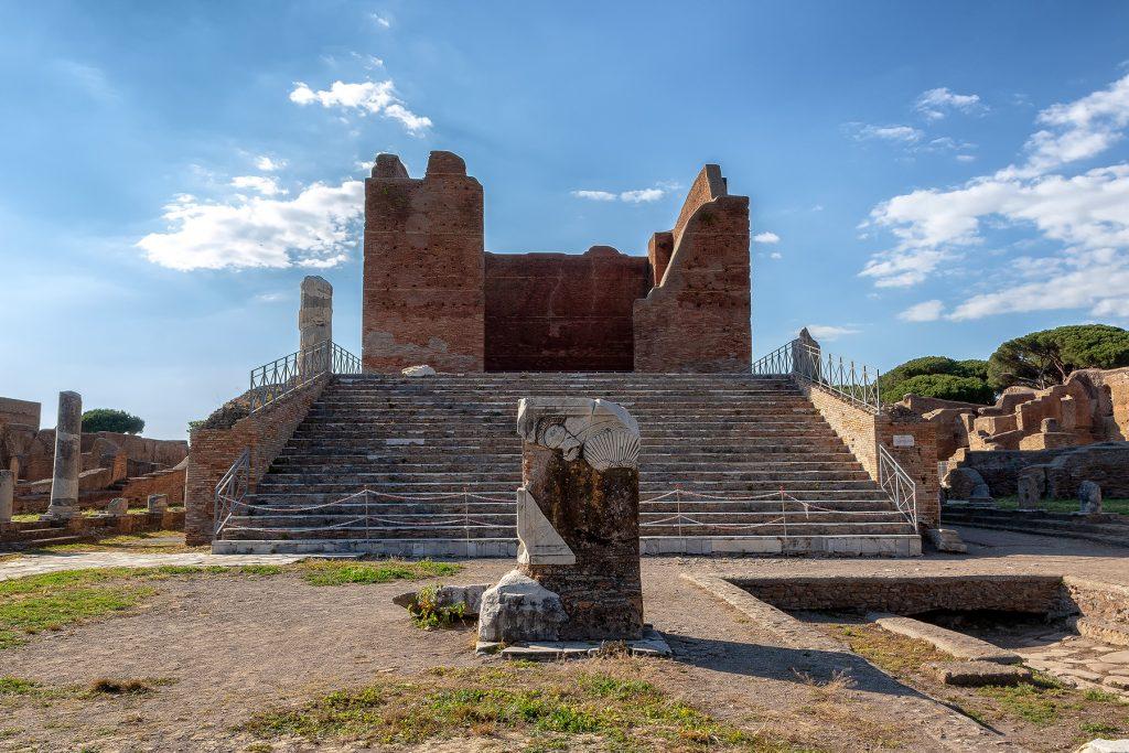 VIsta frontale del Capitolium a Ostia Antica