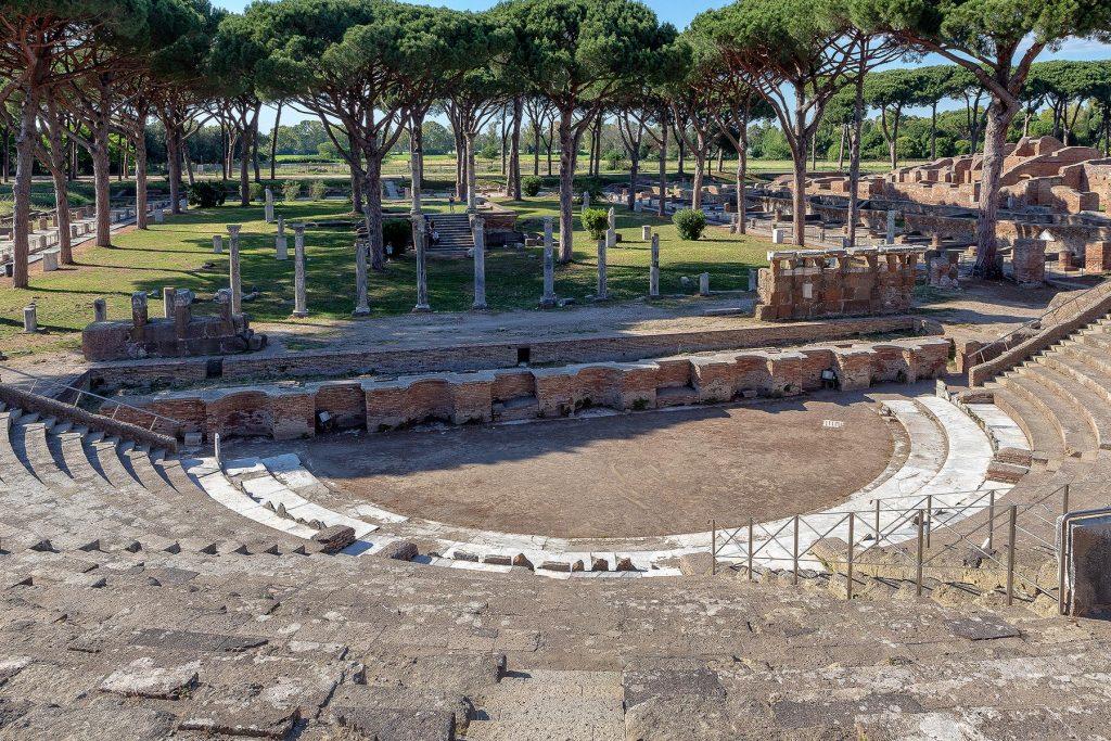 Vista sul teatro romano di Ostia Antica