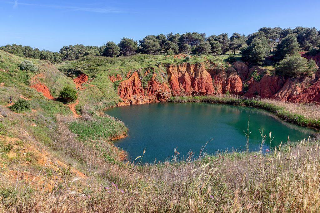 Laghetto formato in una cava di bauxite abbandonata da vedere durante le vacanze a Otranto