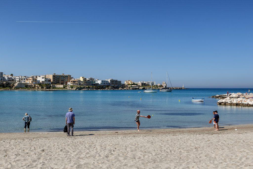 Spiaggia di fronte alla villa con dei raggazzi che stanno giocando a racchettoni durante le vacane a Otranto