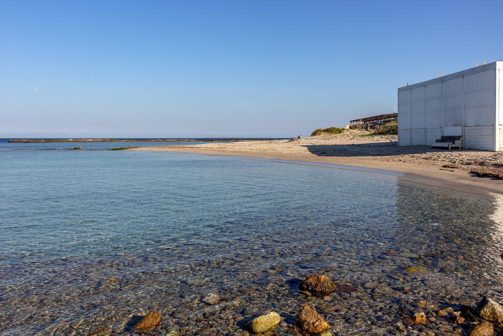 Spiaggia con chiosco chiuso da vedere durante le vacanze a Otranto