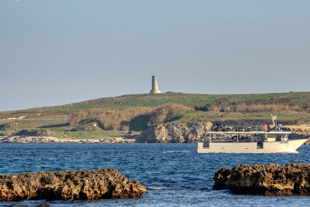 Una torre in fondo alla scogliera da vedere durante le vacanze a Otranto